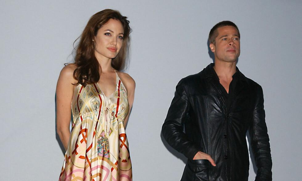 PÅ PRESSETREFF: Angelina Jolie og Brad Pitt møtte pressen for å promotere action-komedien «Mr. &. Mrs. Smith» i mars 2005. To månender tidligere ble det annonsert at Pitt og kona gjennom fem år, Jennifer Aniston, skulle skilles. Foto: Tammie Arroyo / AP / NTB Scanpix