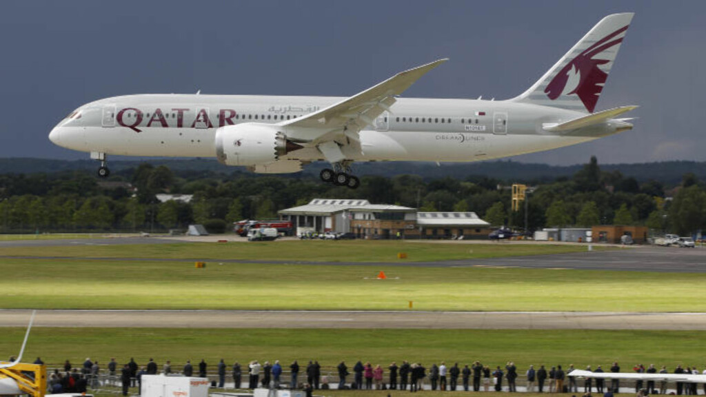 QATAR AIRWAYS: En av Qatar Airways' Boeing 787 Dreamliner - maskiner, lander under Farnborough International Airshow i  England. Foto: LEFTERIS PITARAKIS/AP/NTB SCANPIX