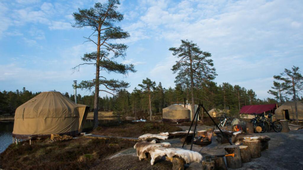 TELTHOTELL: To kilometer fra nærmeste bilvei, i Heimdalsheia i Nissedal i Telemark, ligger Canvas hotel ute på en liten øy i et blikkstille myrvann. Foto: ROGER BRENDHAGEN