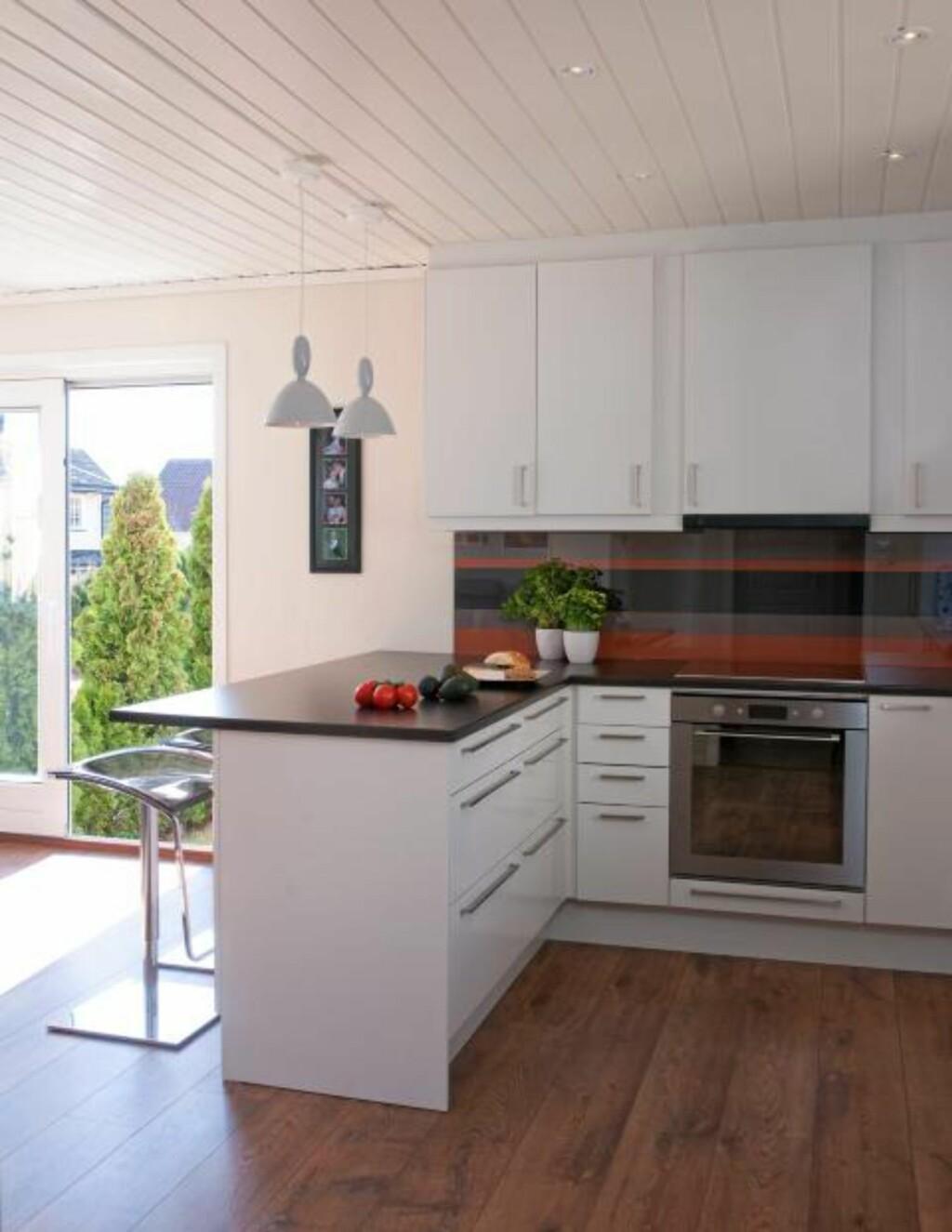 ET HELT NYTT ROM: Kjøkkenet var på 10 kvm, og stua på 40 kvm. Nå har familien fått ett rom på 50 kvm som ligger badet i dagslys. Foto: Espen Grønli