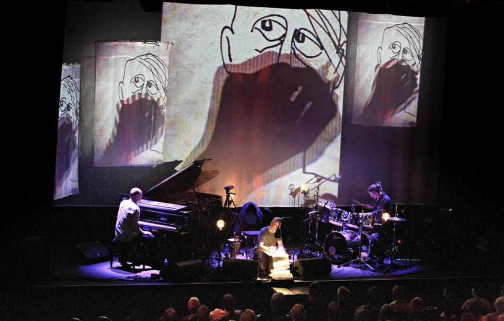JØKLEBA:  Trompetist, perkusjonist og sanger Per Jørgensen (midten) tegner mens tangentmann Jon Balke (tv) og trommeslager Audun Kleive spiller under strekene hans i Teatret Vårt. FOTO: LARS EIVIND BONES/DAGBLADET