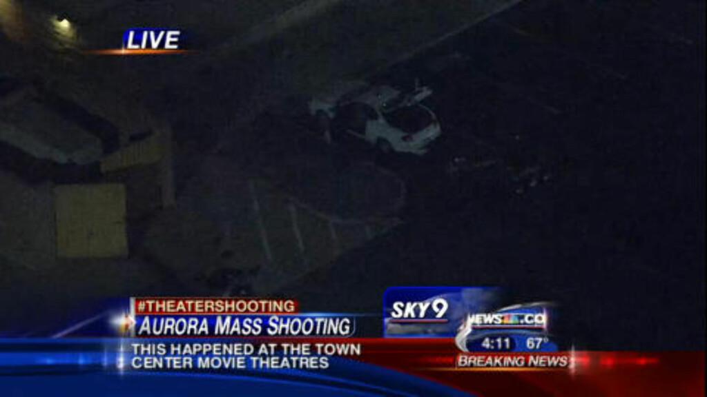 BOMBEFRYKT: Politiet gjennomsøker en bil på parkeringsplassen ved kinoen med bomberobot. Foto: SKY9