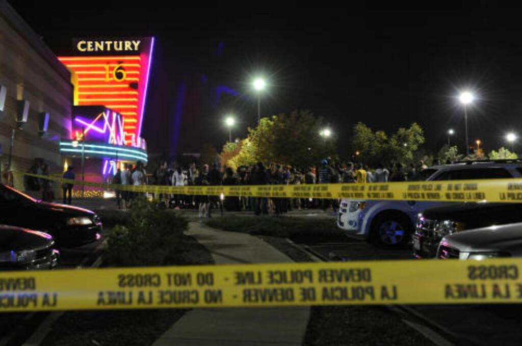 MIDNATTSPREMIERE: Det var under en midtnattspremiere av den nye Batman-filmen at en mann med gassmaske åpnet ild.  Foto: AP Photo/The Denver Post, Karl Gehring