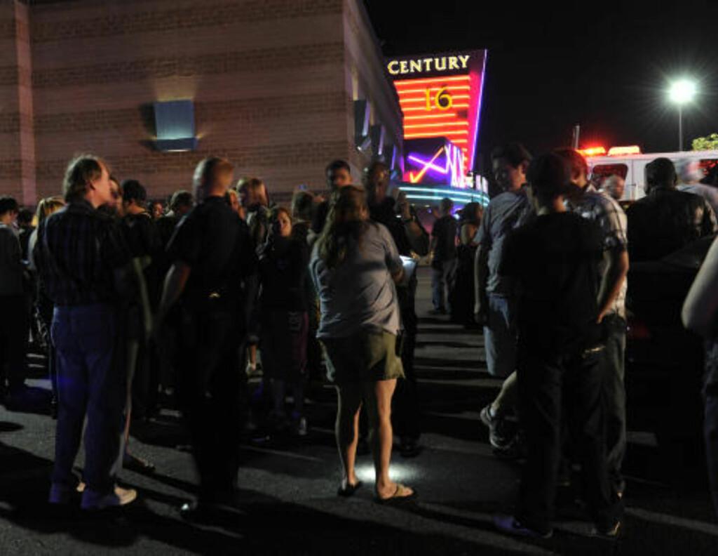 MINST 14 DREPT: Folk har samlet seg utenfor kinoen i Aurora etter ksyteepisoden. Foto: AP Photo/Karl Gehring, The Denver Post