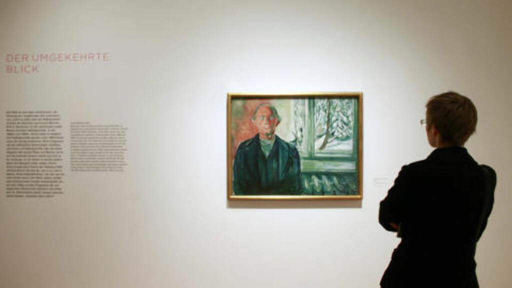 SAMME PROBLEM: Edvard Munch hadde også problemer med skattevesenet. Bildet er fra en utstilling i Frankfurt, en besøkende ser på «Selvportrett ved vinduet». Foto: Alex Domanski / Reuters / NTB Scanpix