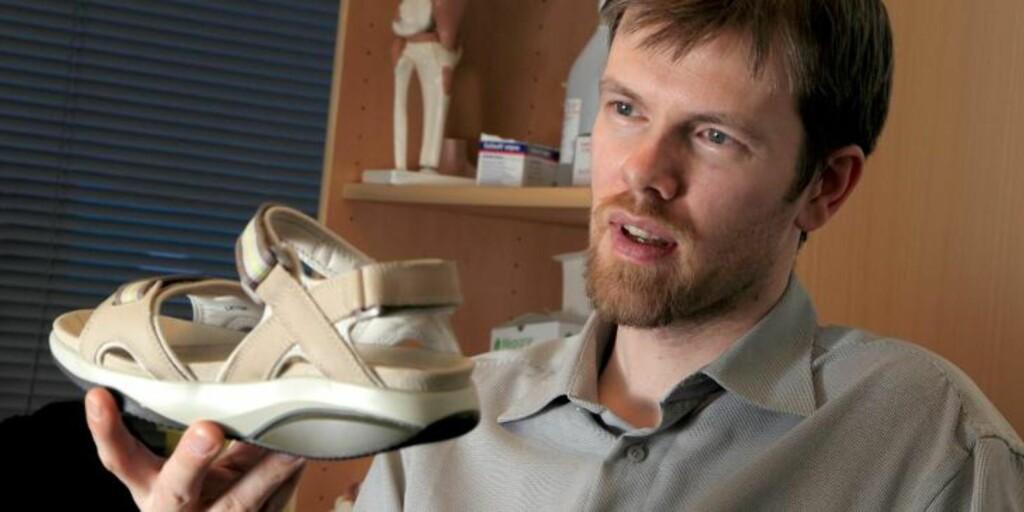FØLSOM: - Fotsålen er i utgangspunktet like følsom som en håndflate, sier ortoped Sigmar Jack. Foto: Egil Nordlien, HM Foto