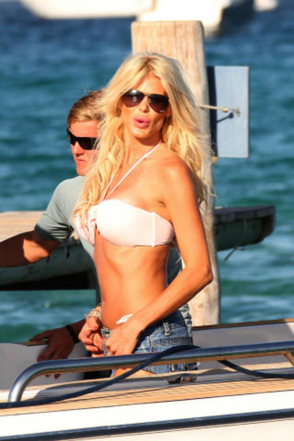 SLIKKER SOL: Den svenske modellen Victoria Silvstedt er en av mange kjendiser som tar turen til St. Tropez når hun skal feriere. Foto: Stella Pictures