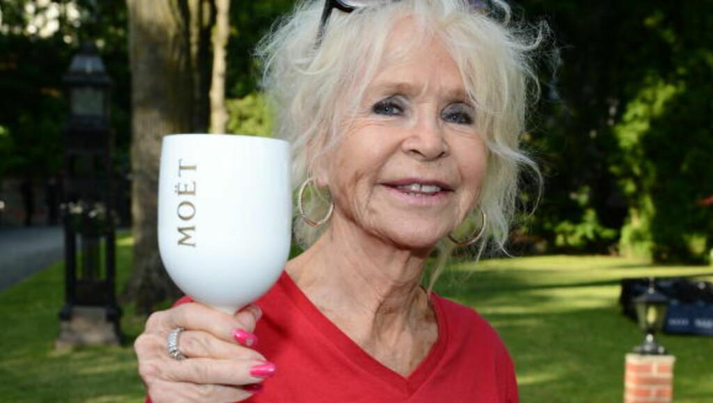 GJORDE ST. TROPEZ HOT: Edna Falao (73) reiste på 60-tallet fra Oslo til fordel for St. Tropez, og har ikke sett seg tilbake. Hun ble venninne med Brigitte Bardot, Frank Sinatra og Sean Connery, og giftet seg med en nattklubbeier. Her på Elles sommerfest i år. Foto: Stella Pictures