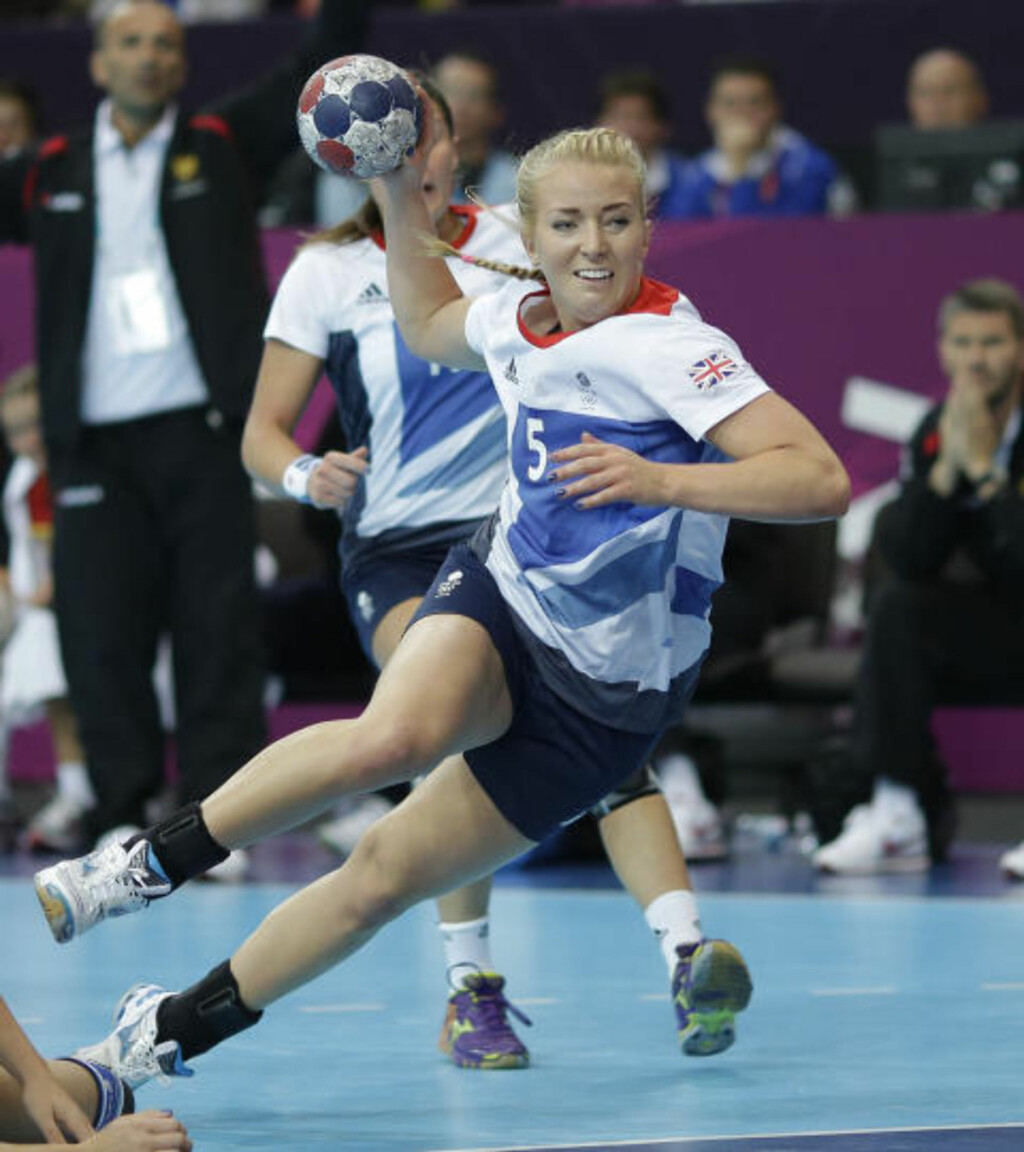 NORSK BRITE: Asker-spiller Nina Heglund (19) scoret ikke mot Russland i dag, men her scorer hun mot Montenegro i Storbritannias første OL-kamp mot Montenegro. Foto: MATTHIAS SCHRADER,  AP / NTB SCANPIX