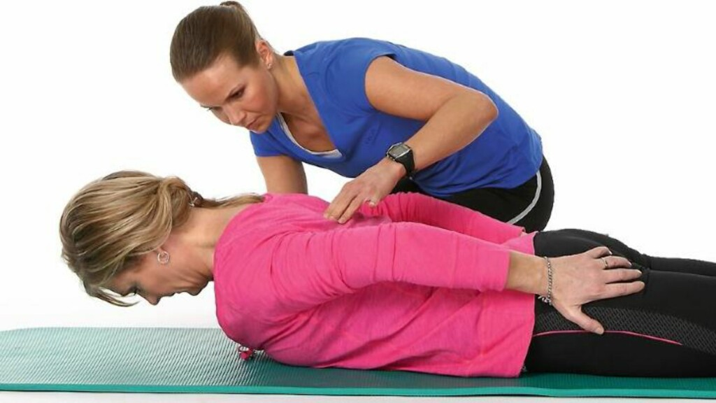 4. Liggende nakkeøvelse. Husk å holde blikket i gulvet! Foto: Petter Berg