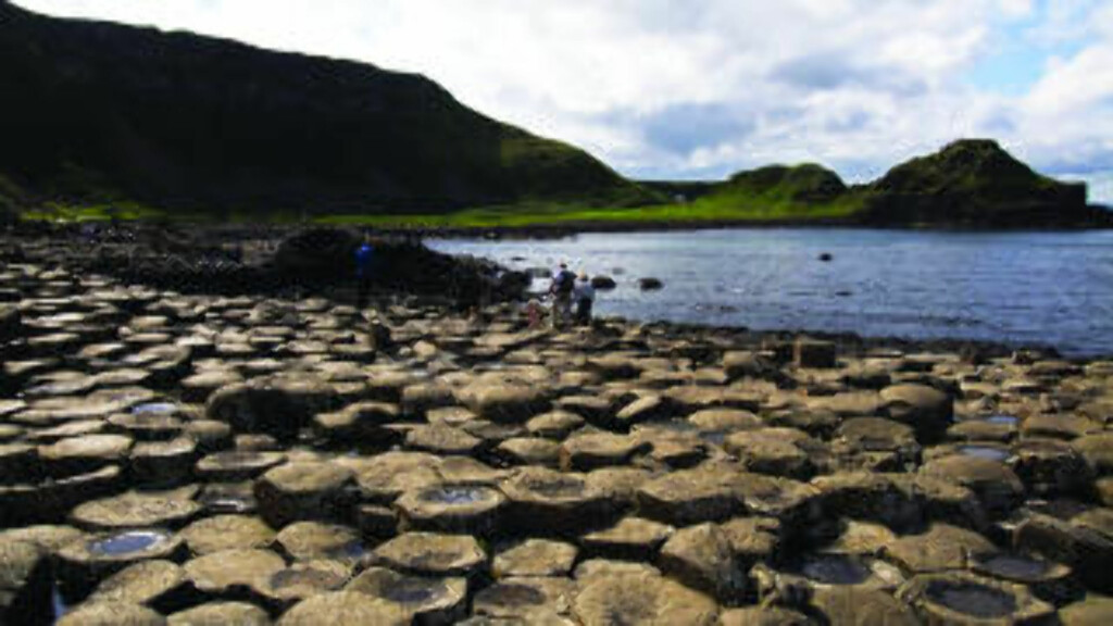VAKRE IRLAND: Antrimkysten i Nord-Irland fikk tredjeplass i kåringen. her kan du se Giant's Causeway fra bilvinduet. Foto: Nuno Curadu / Creative Commons. (CC BY 2.0)