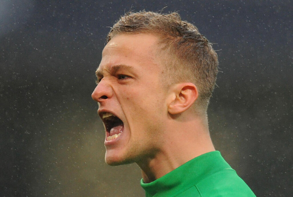 SKREV UNDER: Anders Lindegaard skrev under en kotrakt som binder ham til Manchester United i fire år. Foto: AFP PHOTO / ANDREW YATES / NTB scanpix