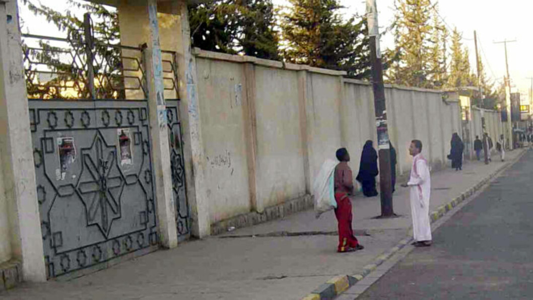 <strong>BOMBET:</strong> Da milliardærsønnen Farouk Abdulhak flyttet tilbake fra London bodde han først hjemme i denne store villaen i Sana. Villaen ble bombet og ødelagt under kampene mellom opposisjonen og den forrige presidenten styrker. Etter det flyttet han inn på hotell Sheba, ifølge en familievennen. Foto: AP Photo/Mohammad al-Qadhi/Scanpix