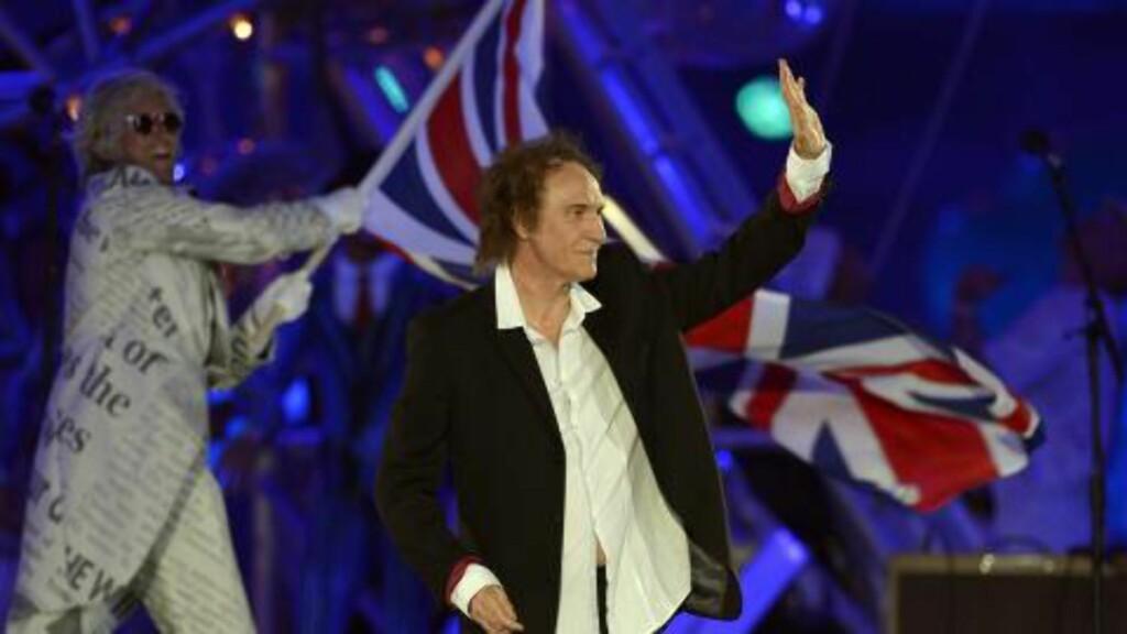OPPTRÅDTE: Ray Davis sang sin hyllestlåt til London. Foto: AFP PHOTO/LEON NEAL/ NTB Scanpix