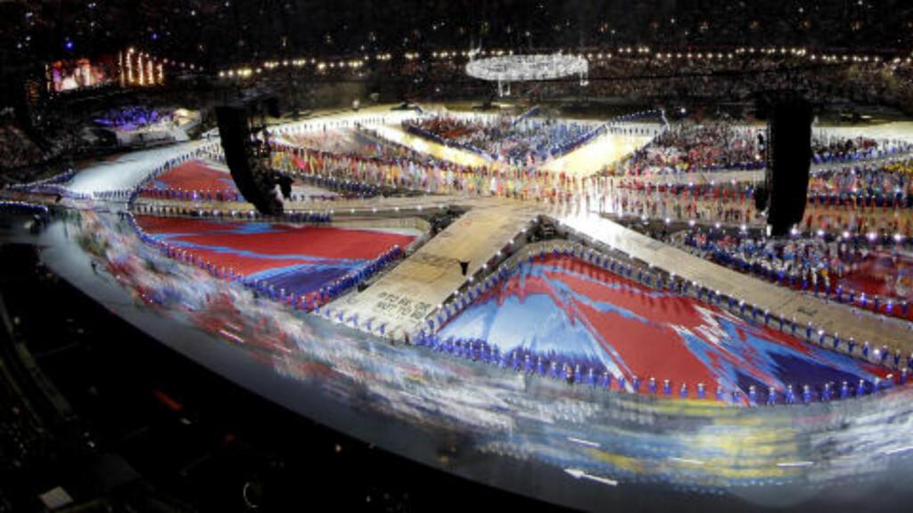 FLAGGPARADE: Flere av de 10 490 OL-deltagerne er til stede på Olympiastadion i London i kveld. Foto: AP Photo / David J. Phillip / NTB Scanpix