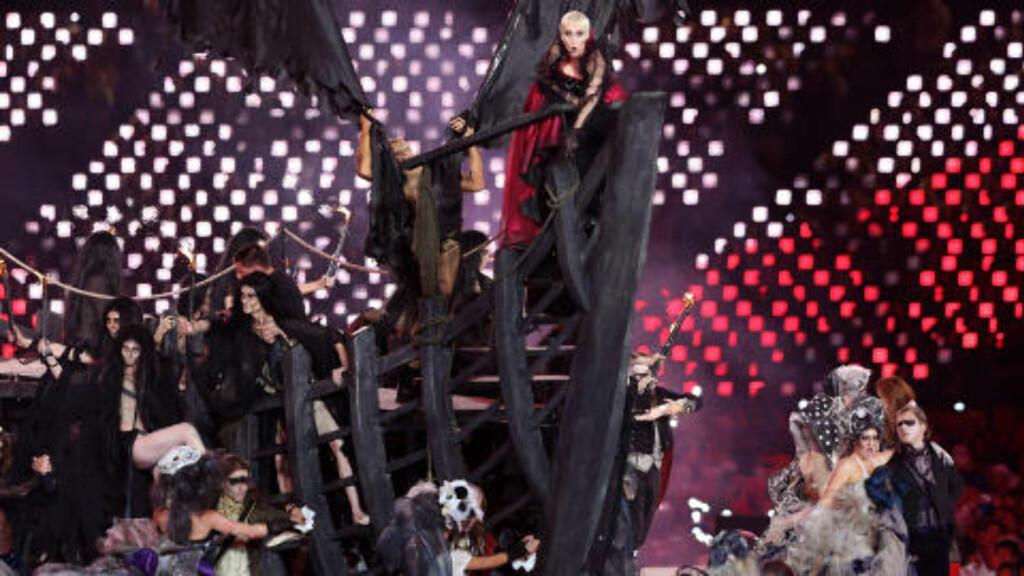 SPØKELSESSKIP: Annie Lennox entret arenaen på et spøkelsesskip, før hun sang låta «Little Bird».  Foto: AP Photo / Sergei Grits / NTB Scanpix