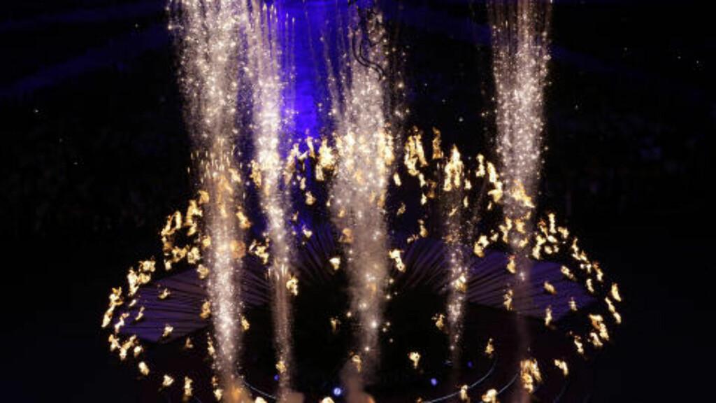 SLUKKET FLAMMEN: Tradisjonen tro ble OL-ilden slukket helt avslutningsvis. Flammen ble erstattet av fyrverkeri, som fylte London-himmelen. Foto: AP Photo / Dmitry Lovetsky / NTB Scanpix