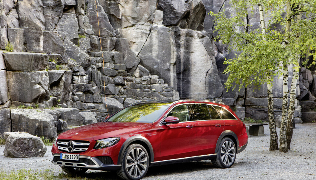 <strong>KJENT FORMEL:</strong> Mercedes finner ikke opp hjulet på nytt, og har tatt velkjente grep for å gjøre E-klassen til mer av en bil for dårlige hytteveier: Høyere bakkeklaring, utvidede hjulbuer, sideskjørt og røffere detaljer foran og bak. Foto: Daimler