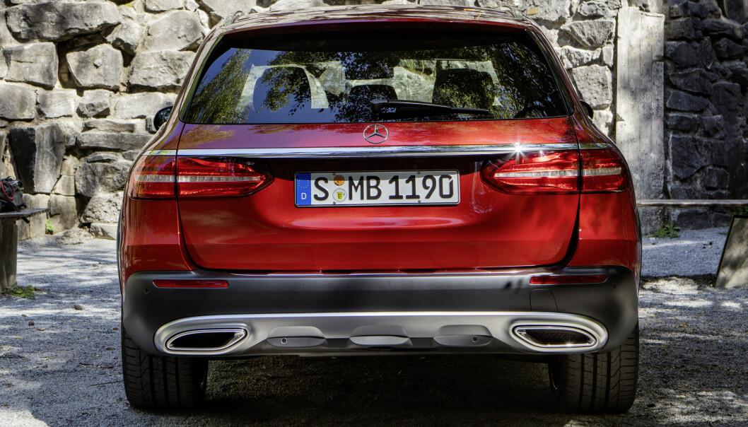<strong>OGSÅ HEKKEN:</strong> Skliplate med integrerte enderør gir All-Terrain et distinkt utseende også sett bakfra. Foto: Daimler