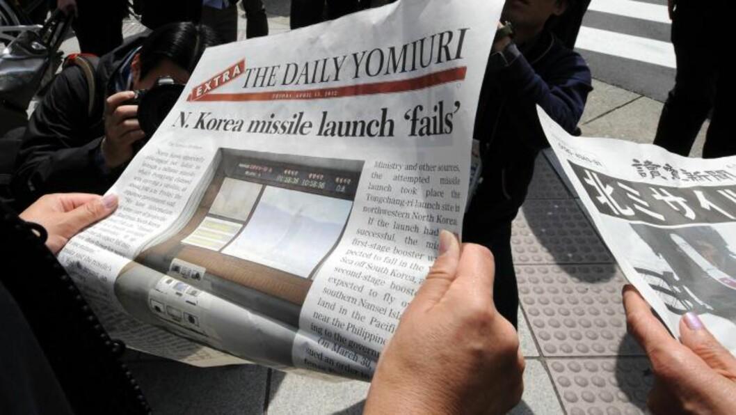 <strong>EKSTRAUTGAVER:</strong> I Tokyo ble det laget ekstrautgaver av avisene med oppslag om den mislykkede rakettoppskytningen. Foto: NTBSCANPIX/AFP PHOTO / TOSHIFUMI KITAMURA
