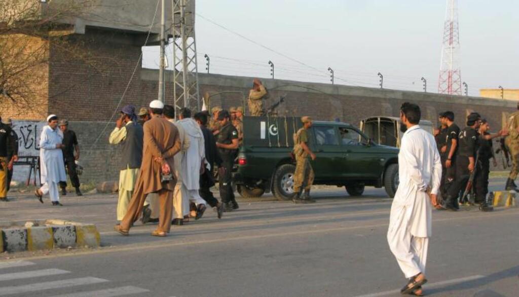 SENTRALFENGSELET: Taliban skal ha satt fyr på veisperringer rundt sentralfengselet i den pakistanske byen Bannu og skal ha tatt seg inn via fengselsets hovedport. Granater og skytevåpen skal ha blitt tatt i bruk for å befri fangene. 384 fanger rømte under aksjonen som skjedde søndag morgen. FOTO: EPA/RANA ZAHID