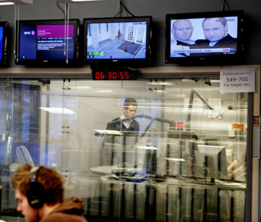PÅ RADIOEN: Eskil Pedersen, leder i AUF  i NRK-studio, mens breivik-bilder flimrer over alle verdens TV-kanaler i forgrunnen. Foto: Lars Eivind Bones / Dagbladet