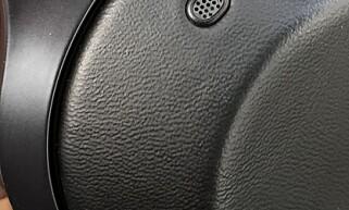 MIKROFON: Mikrofoner på utsiden fanger opp lyd fra omgivelsene. På innsiden genereres så de «motsatte» lydbølgene slik at støy fra omgivelsene reduseres/elimineres. Foto: Pål Joakim Pollen