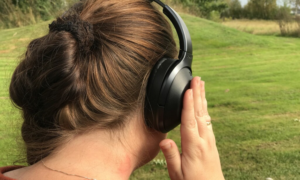 HØR OMGIVELSENE: Legger du hånda mot den høyre øreklokken, dempes musikken og lyd fra utsiden slippes inn. Foto: Pål Joakim Pollen