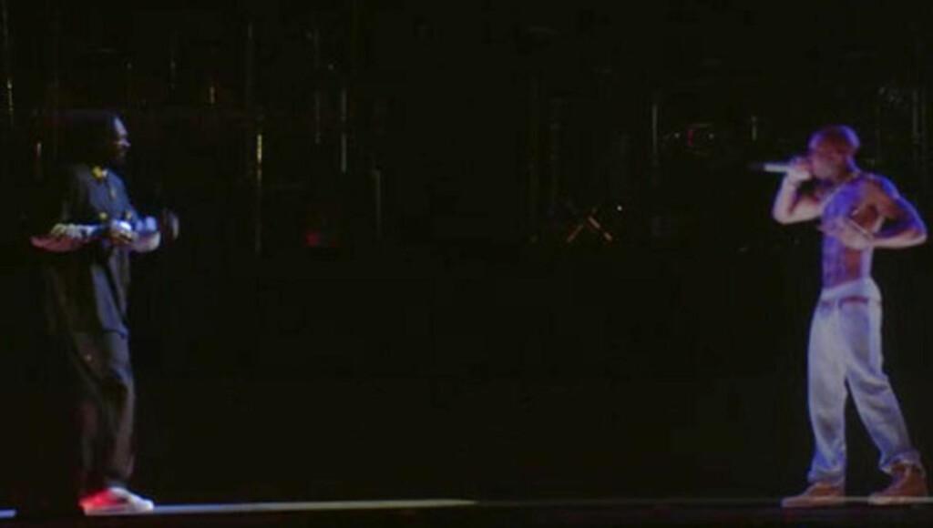 IKKE I LEVENDE LIVE: Rapperen 2Pac dukket natt til mandag opp i hologramform på scenen under Coachella-festivalen sammen med Snoop Dogg. MMS-Foto: Kristian Andreassen