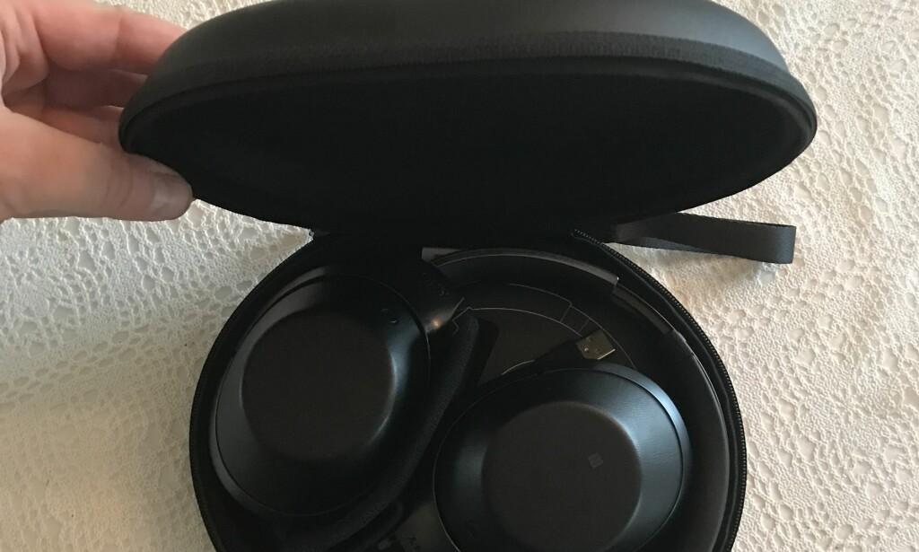 FØLGER MED: Du kan brette sammen hodetelefonene og putte dem i det medfølgende etuiet når de ikke er i bruk. Her får du også plass til ladekabel, 3,5mm-kabel og en overgang til bruk på fly. Foto: Pål Joakim Pollen