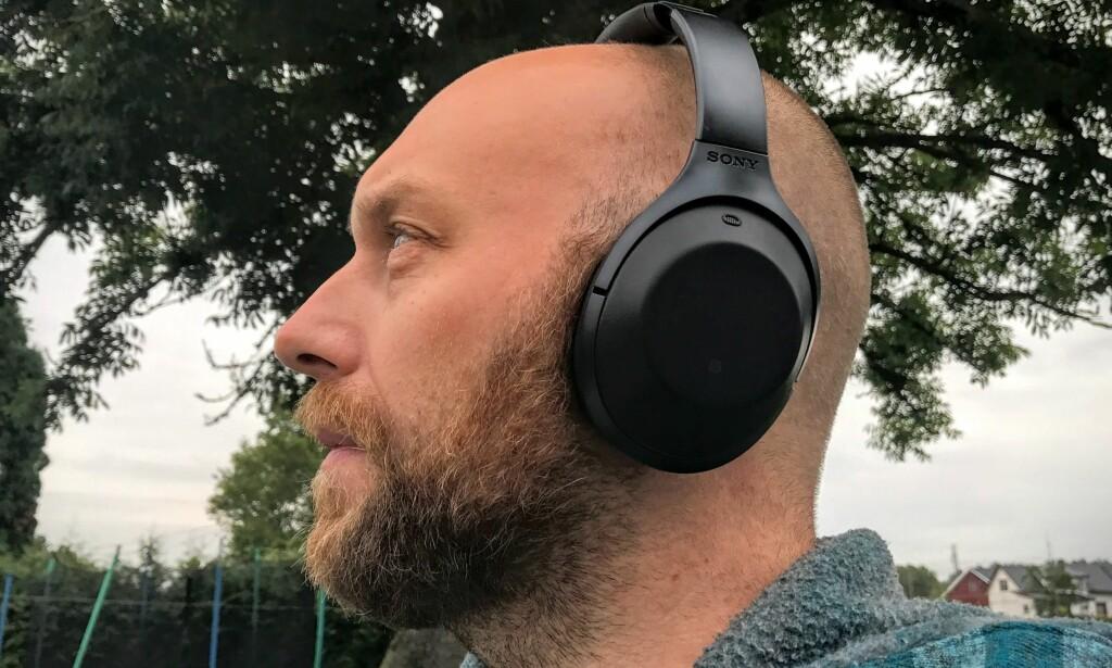 STILLHET: Sonys nye hodetelefoner med aktiv støydemping, MDR-1000X, er svært gode på å filtrere ut lyd fra omgivelsene. Foto: Pål Joakim Pollen