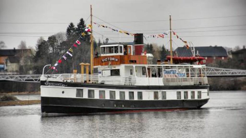 «MS VICTORIA»: Båten som skal huse både passasjerer og NRK-kamera i 10 timer og 20 minutter er «MS Victoria». Veteranbåten har kjørt Telemarkskanal-ruten i 130 år. Foto: NRK