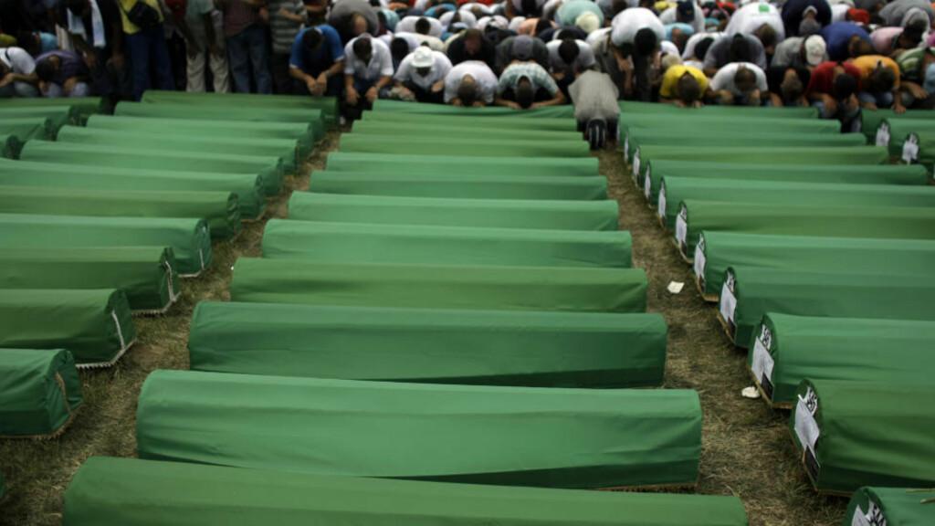SREBRENICA: Her ber muslimske troende foran over 600 kister før en massebegravelse ved Potocari minnekirkegård nær Srebrenica. Breiviks navngitte Balkan-kontakt, Milorad Pelemis, var sterkt delaktig i massakren i juli 1995. FOTO: Marko Drobnjakovic/AP