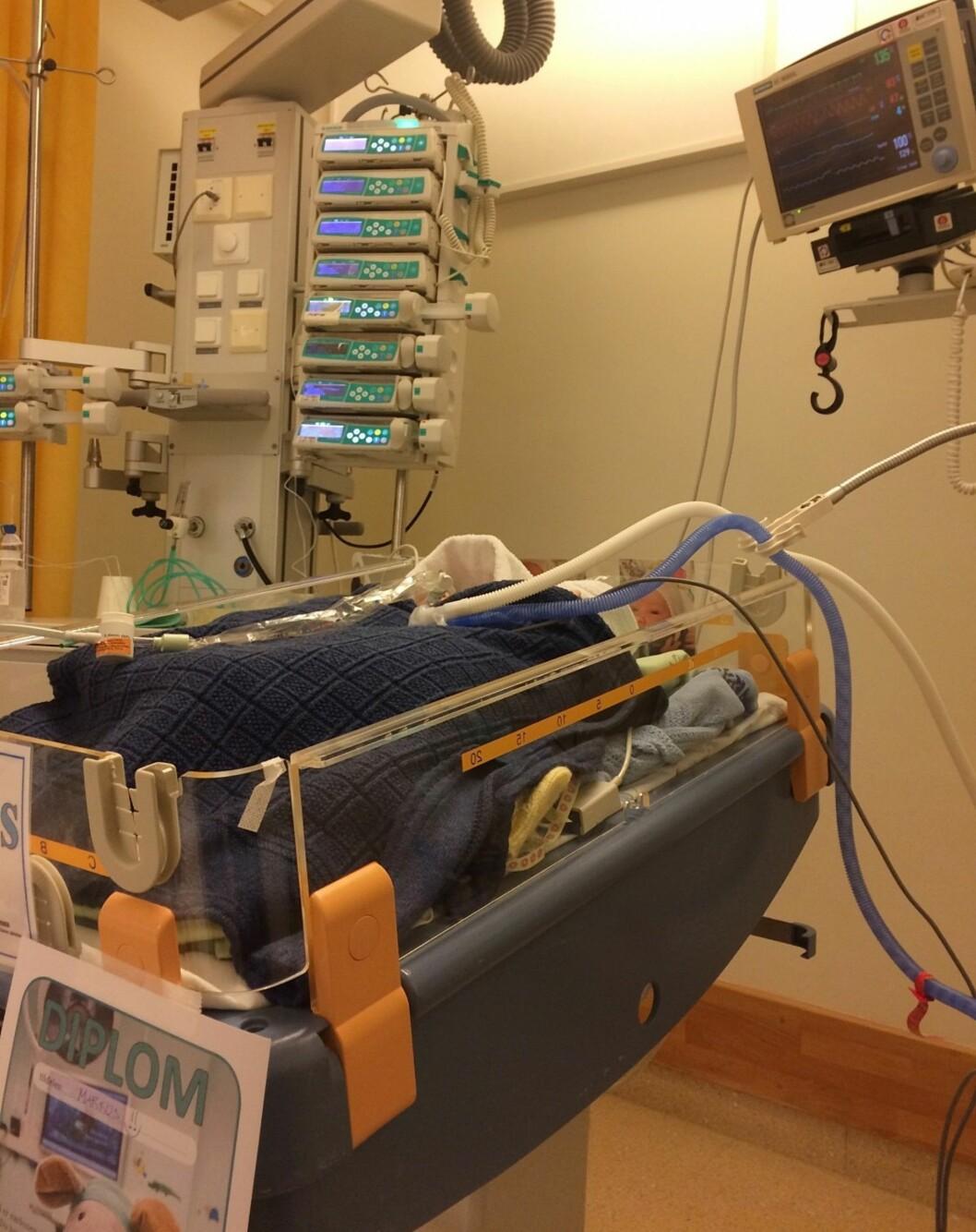 UNDER OVERVÅKNING: Det ble mange tøffe dager for familien på sykehuset. Foto: Privat