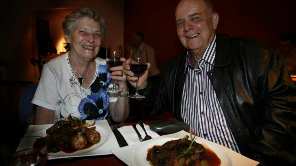 ROMANTISK: - Skål for det gode reiselivet - og oss, sier ekteparet Eva og Arnold Morken fra Fyllingsdalen.