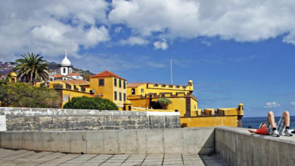 ATTRAKSJON: Det gamle Santiago-fortet i Funchal er lett å få øye på der det ligger langs den flere kilometerlange havnepromenaden.