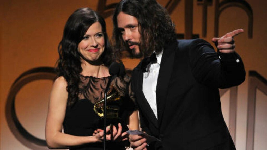 THE CIVIL WARS: Joy Williams og John Paul White i the Civil Wars skrev en låt spesielt til albumet «Voice Of Ages». Her henter de en Grammy-pris i februar. Foto: Getty Images/AFP/NTB Scanpix