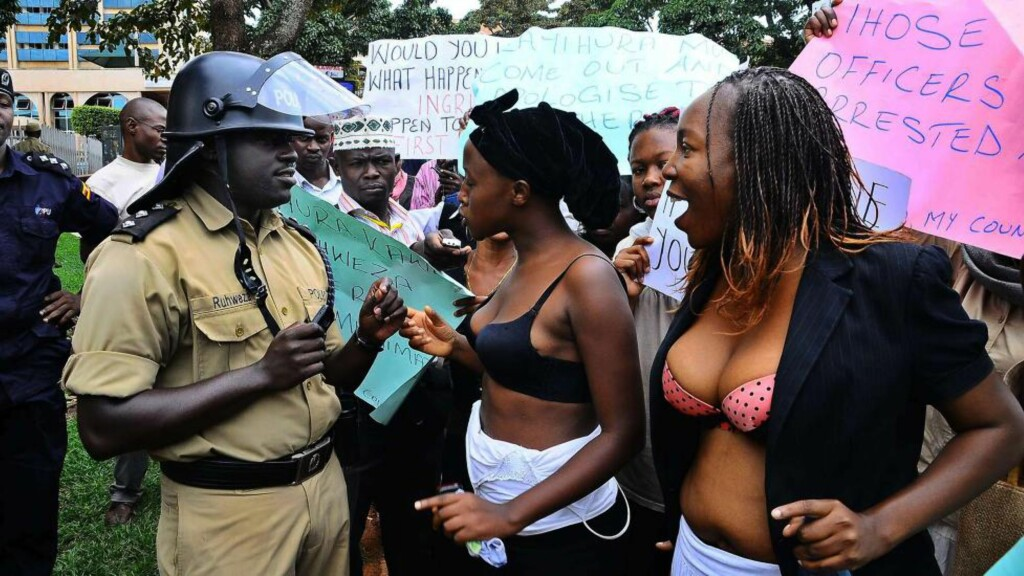 DEMONSTRERTE: Opposisjonsdemonstranter fra en gruppe som kalles «Concerned Citizens of Uganda» konfronterer her en politimann under demonstrasjonen i går. Foto: AFP PHOTO / Isaac KASAMANI /NTBSCANPIX