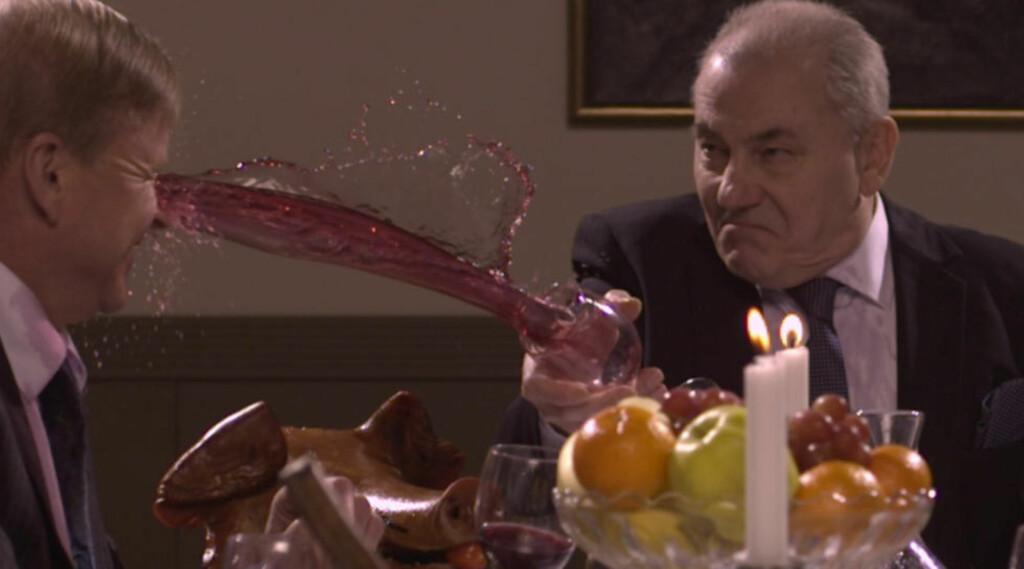 STORMANNSGAL: Bjørn Sundquists karakter i musikkvideoen «KING» er både grådig og maktsyk. Se skuespilleren fryde seg med blodig underholdning og matkrig. Foto: Nicolai Aass