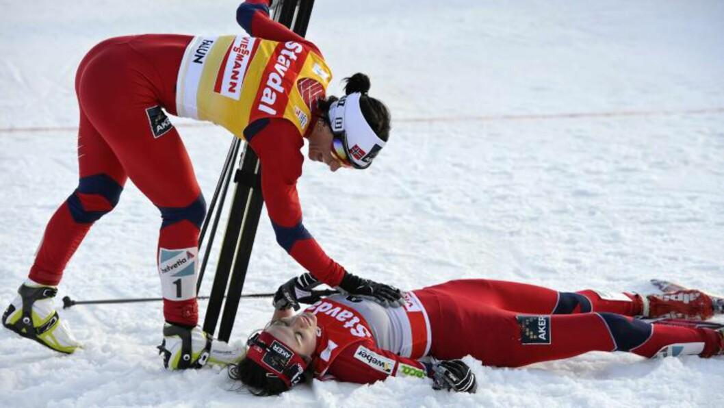 <strong>GJENNOMBRUDDET:</strong> Marit Bjørgen gratulerer Heidi Weng med andreplass i verdenscupfinalen i Falun i mars. Foto: Anders Wiklund/Scanpix