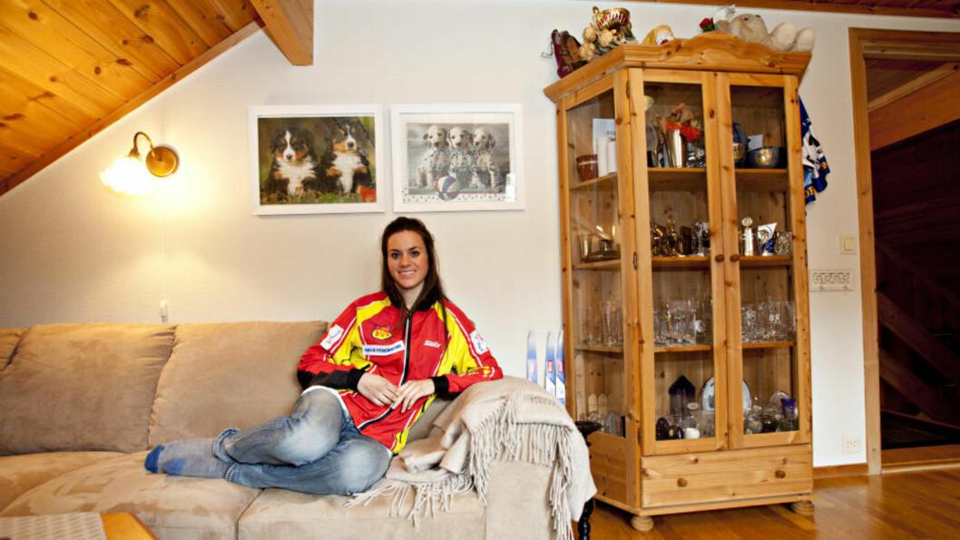 <strong>PÅ PIKEROMMET:</strong> Heidi Weng har funnet ut det er mest praktisk å bo hjemme, der mamma May Bente både er kokk og treningskompis. Foto: Torbjørn Berg