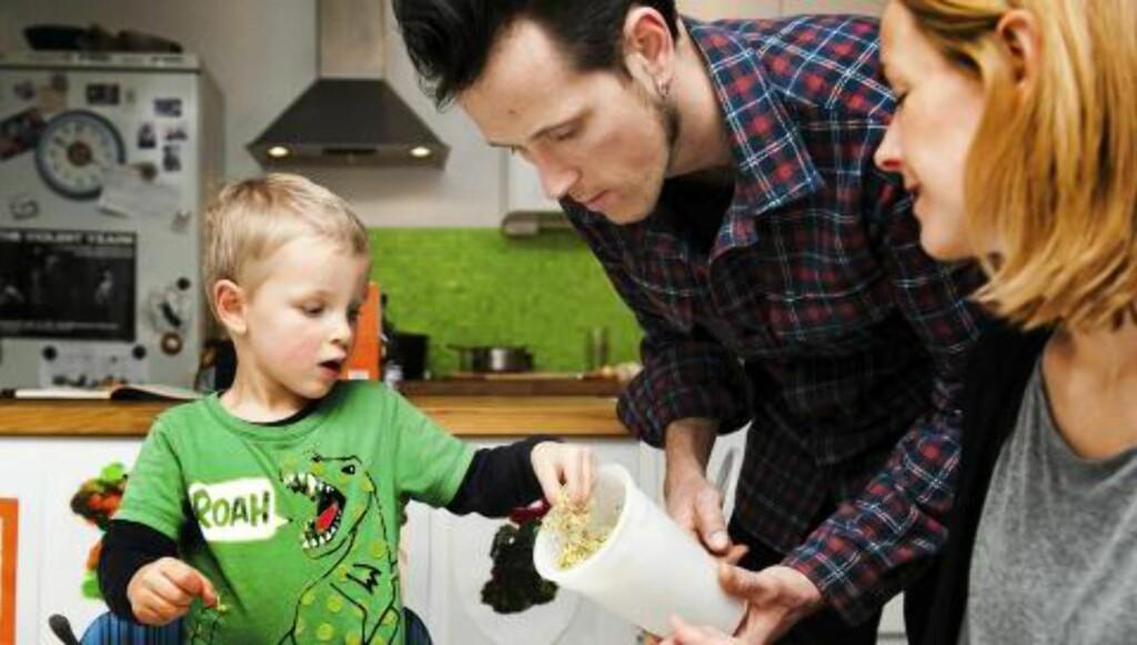 UTEN MELK OG GLUTEN: Ask, pappa Kjetil og mamma Une spiser nå samme mat.  FOTO: Kristin Ellefsen