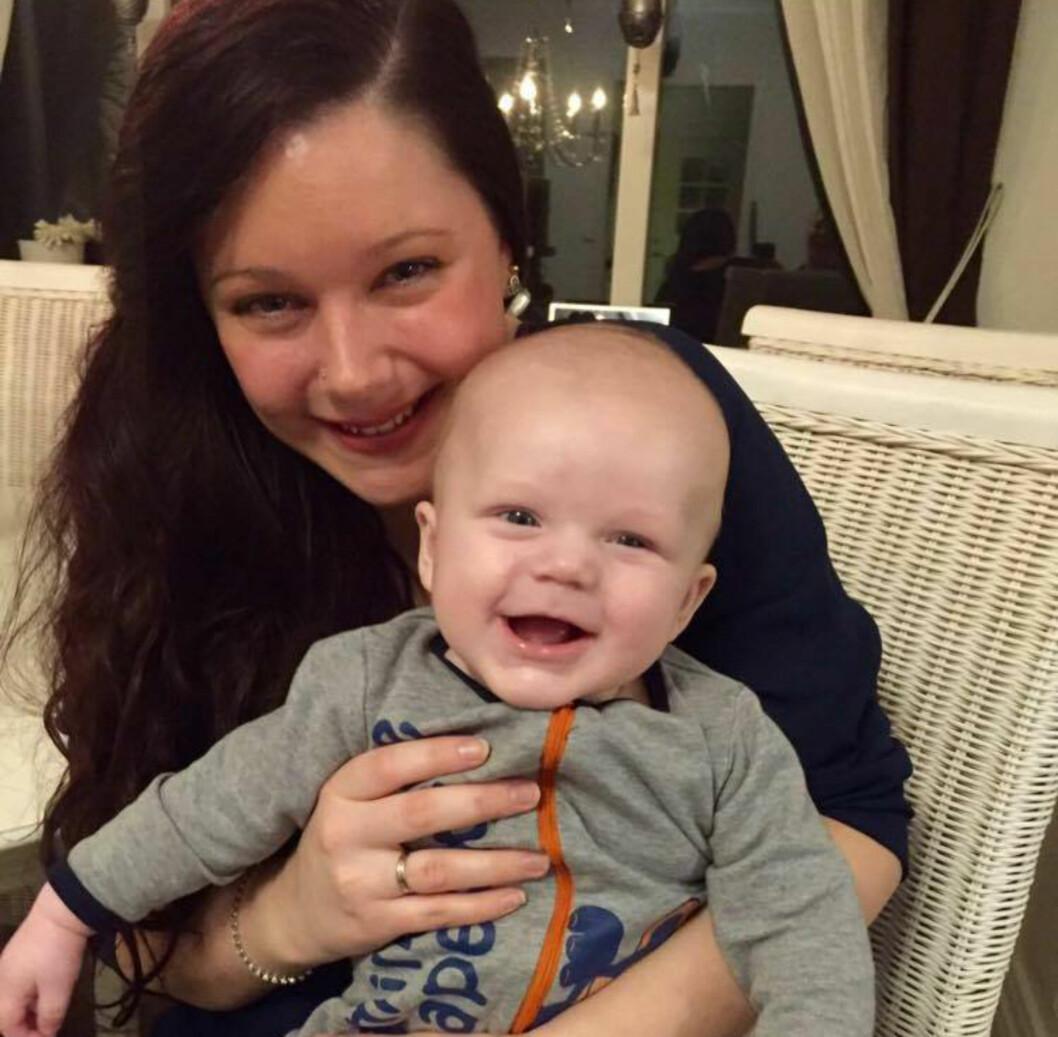 KUTTET UT PUPPEN:  Connie Helen Larsen og lille Isak er kjempefornøyd med flaske og morsmelkerstatning.  Foto: Privat