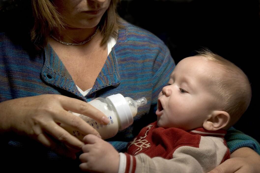 GIR FLASKE: Mange nybakte mødre strever med amming og starter med flaske. Foto: NTB Scanpix