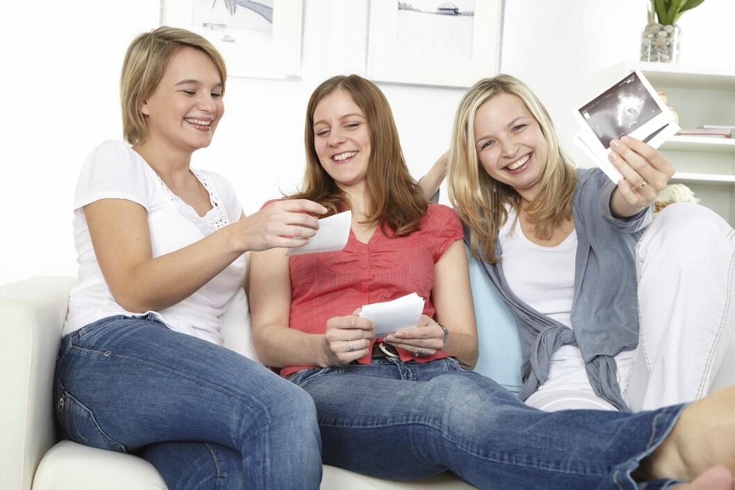 LA HENNE SNAKKE: Vær en god venninne ved å la henne få dele sine opp- og nedturer i graviditeten. Foto: NTB Scanpix