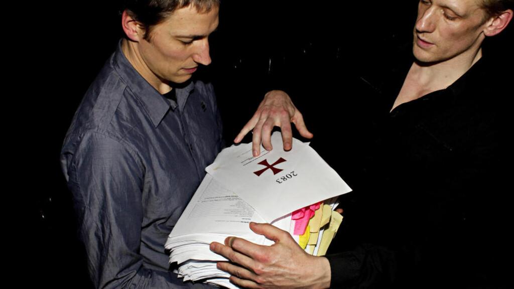 UTSATT: Den danske regissøren Christian Lollike og skuespiller Olaf Højgaard (t.h.) står bak monologen som er basert på Anders Behring Breiviks manifest. Nå er monologen utsatt på ubestemt tid. Foto: Stella Pictures
