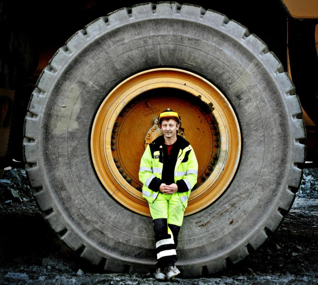 <strong>HJUL MED DIN GLEDE:</strong> Hjul som får hverdagen og livene våre til å gå: her ser vi Stig Amundsen fra Sydvaranger Gruve fra omslagsbildet til boka «Min Buick er lastet med». Foto: Lars Eivind Bones