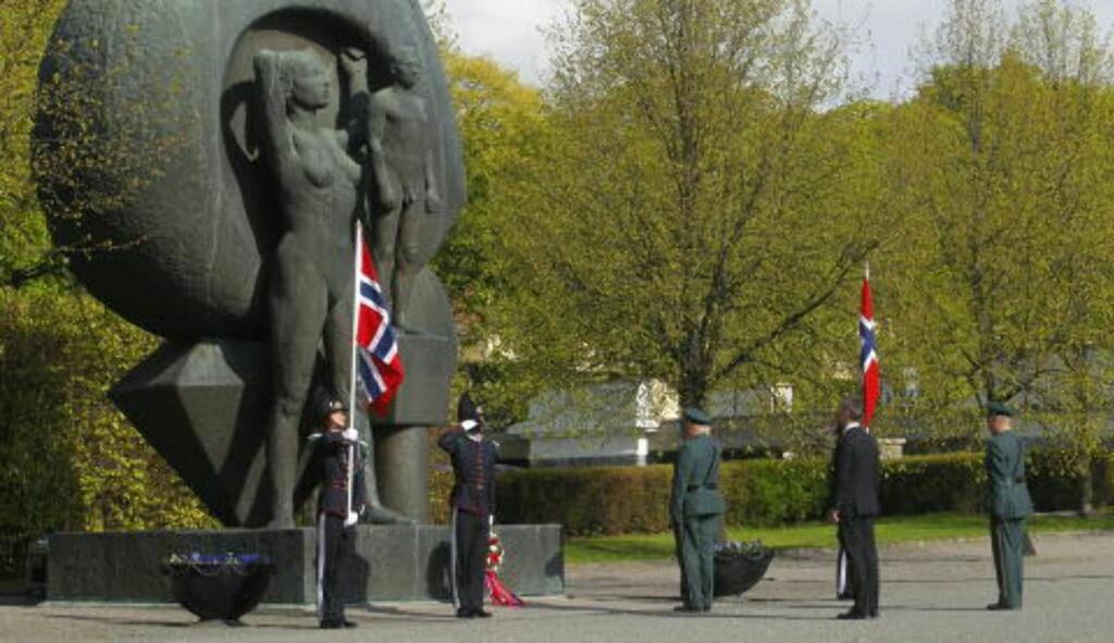 KRANS: Kong Harald legger ned krans ved nasjonalmonumentet på Akershus festning i Oslo i forbindelse med frigjøringsdagen og nasjonal veterandag. Foto: Kyrre Lien / NTB scanpix