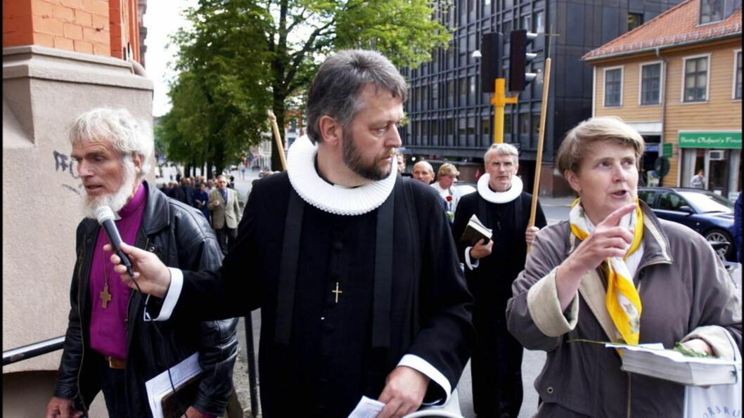 ABORTMOTSTANDER: Ludvig Nessa (midten) har «lyst regjeringsbygget i bann», og mener terrorbomben 22. juli 2011 er en konsekvens av norsk abortpolitikk. På bildet er Børre Knudsen (tv) og Ludvig Nessa i ny abortdemonstrasjon i Oslo 2008. Foto: GJESTVANG / ANDREA Dagbladet  Behandlet i PhotoShop