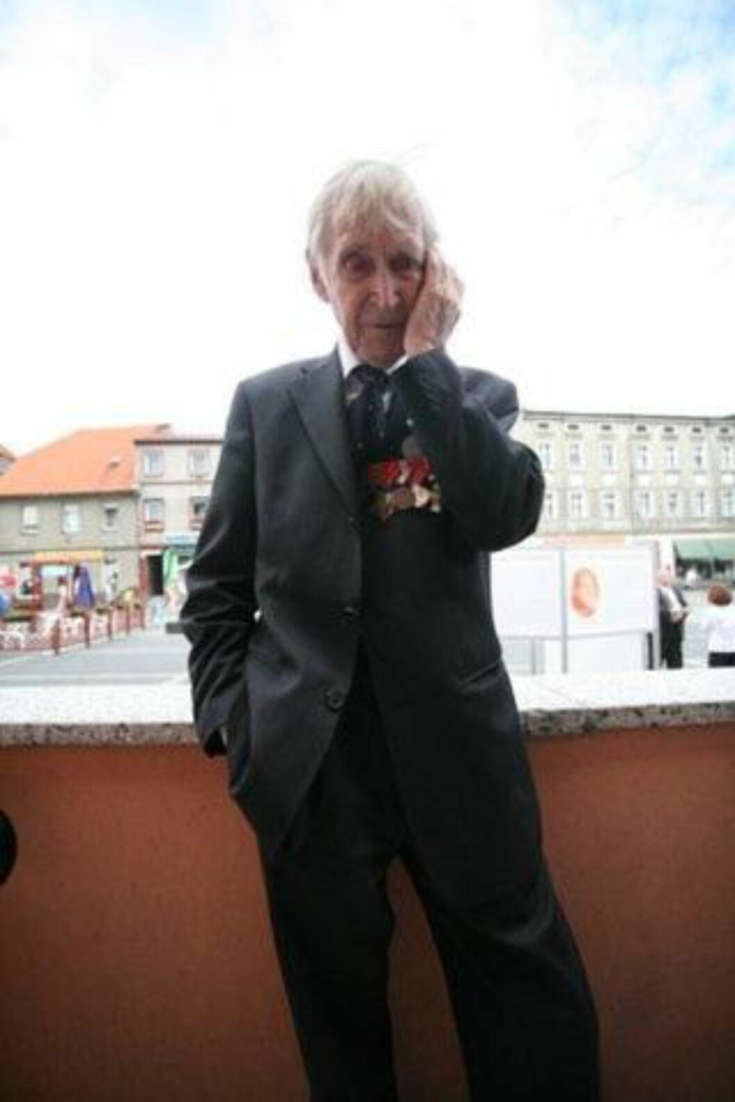 """Gunnar """"Kjakan"""" Sønsteby i et tenksomt øyeblikk under oppholdet i Polen. Foto: Asbjørn Svarstad"""